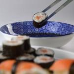 Pinces Sushi agafant un maki